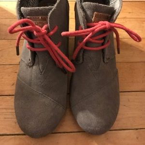 Toms Grey Wedge Hot Pink Laces Size 5.5 Suede